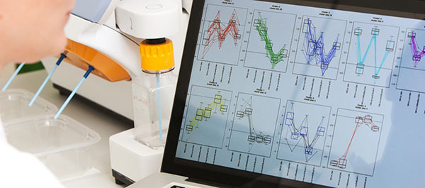 Screen in a laboratory on which various evaluation curves can be seen